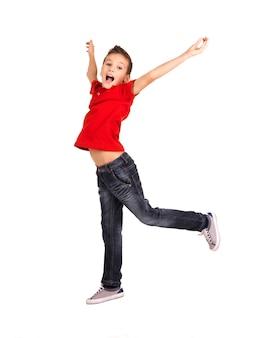 Portret śmiechu szczęśliwy chłopiec skoki z uniesionymi rękami do góry na białym tle