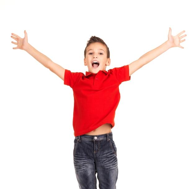 Portret śmiechu szczęśliwy chłopiec skoki z uniesionymi rękami do góry - na białym tle