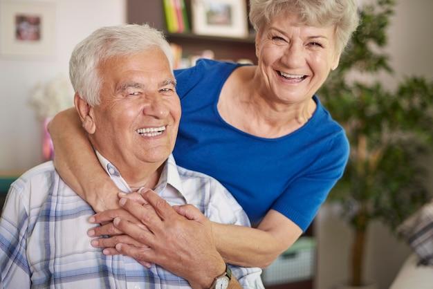 Portret śmiejąc się starszego małżeństwa