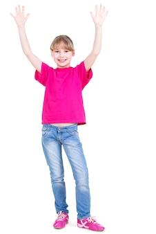 Portret śmiejąc się szczęśliwa dziewczyna z podniesionymi rękami - na białym tle.