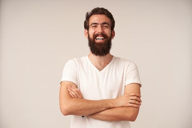 Portret śmiejącego się brodatego mężczyzny