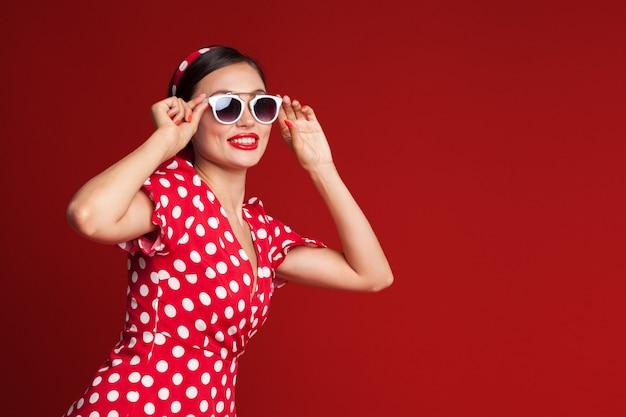 Portret śmieszne emocjonalne młoda kobieta. styl pin-up.
