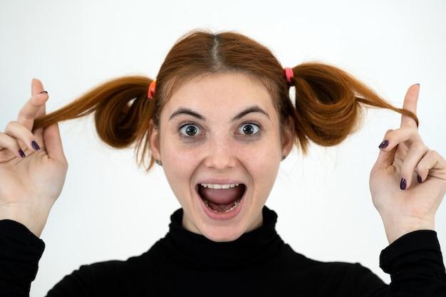Portret śmieszne nastolatki z kucykami