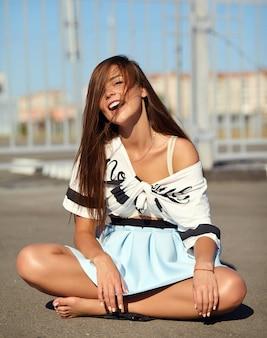 Portret śmieszne szalony seksowny stylowy uśmiechający się piękna młoda kobieta model w jasne hipster letnie ubrania casual pozowanie na ulicy na asfalcie