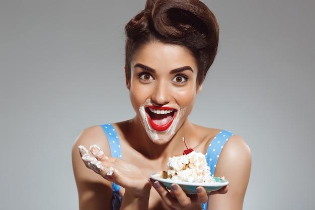 Portret śmieszny szpilki kobiety łasowania tort