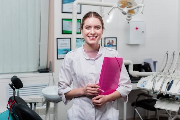 Portret smiley dentysta przy kliniką