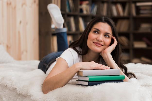 Portret smiley kobieta przy biblioteką