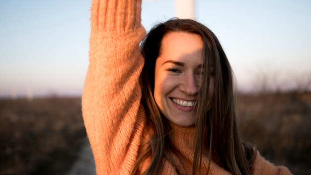 Portret smiley młoda dziewczyna na drodze