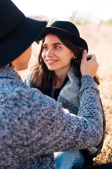 Portret smiley młoda dziewczyna w naturze