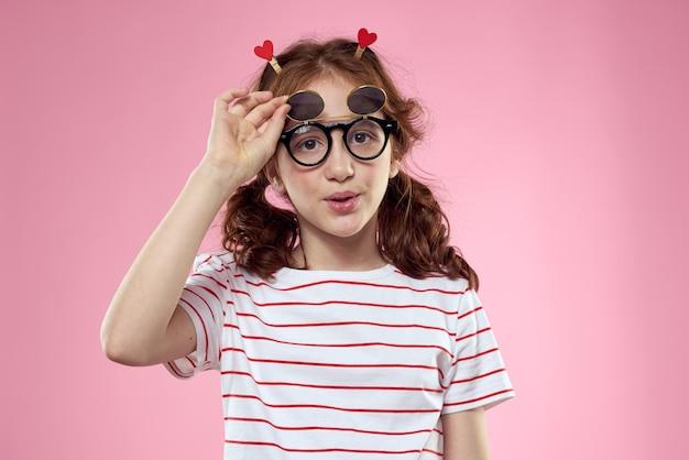 Portret smiley młoda dziewczyna w okularach