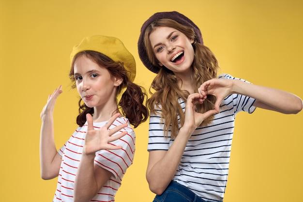 Portret smiley młoda dziewczyna z kapeluszami