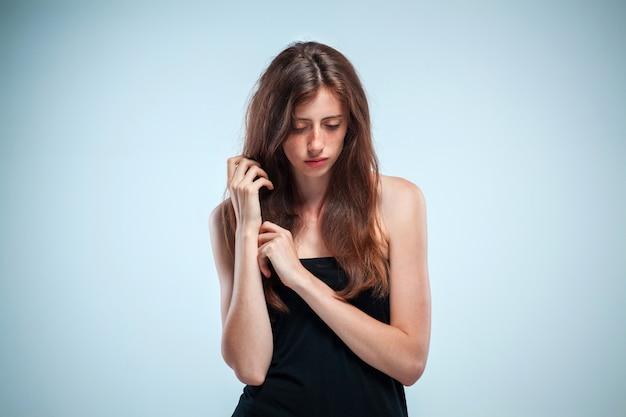 Portret smutna dziewczyna z bliska