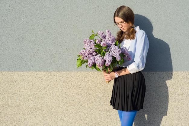 Portret smutna dziewczyna z bukietem bzy