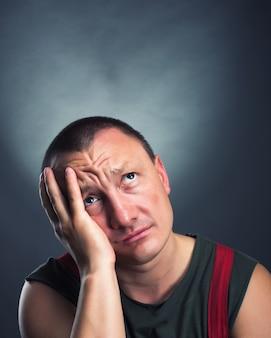 Portret smutnego mężczyzny patrzącego w górę