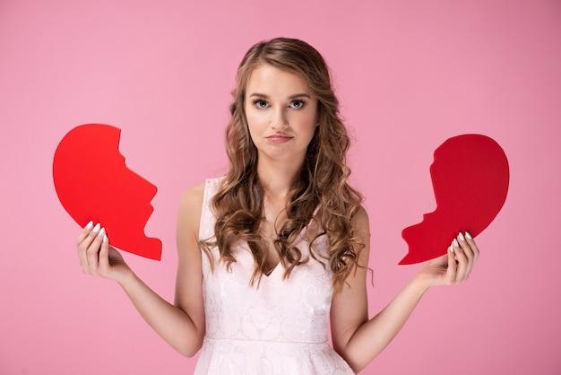 Portret smutnej kobiety trzymającej złamane serce