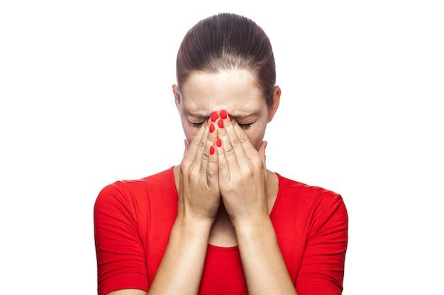 Portret smutnej nieszczęśliwej płaczącej kobiety w czerwonej koszulce z piegami