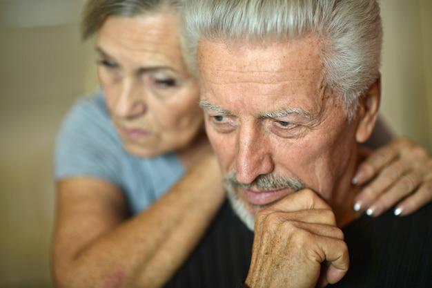 Portret smutnej pary seniorów w domu