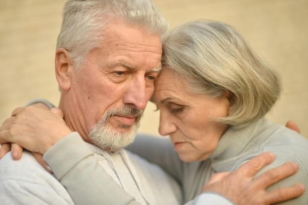 Portret smutnej pary seniorów w parku