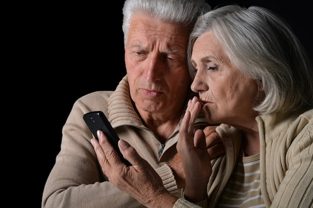 Portret smutnej pary seniorów z telefonem