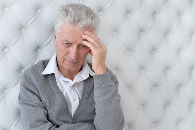 Portret smutnej twarzy starszego mężczyzny