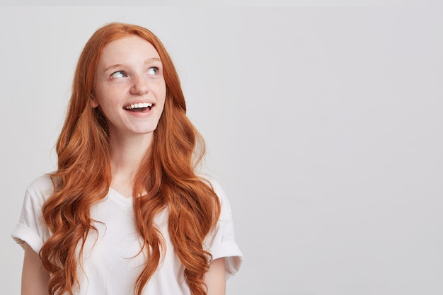 Portret smutnej, zdesperowanej młodej kobiety z długimi rudymi włosami falowanymi