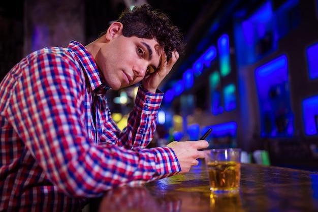 Portret smutny człowiek w barze licznika