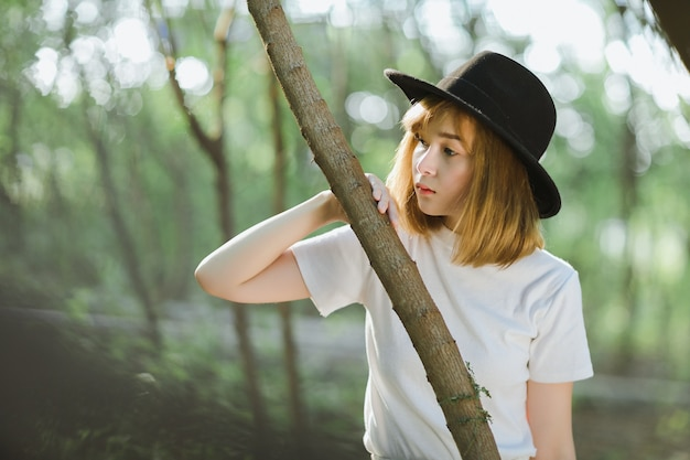 Portret smutny młody azjatykci dziewczyna stojak w lesie outdoors. nastoletnia kobieta myśli w zamyśleniu. nadzieja. smutek. pojęcie samotności i depresji.