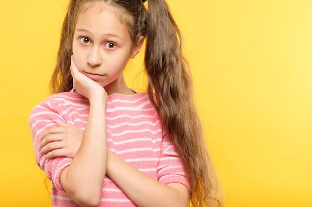 Portret smutny zamyślony dziewczyna. emocjonalna, tęskna ekspresja. dłoń pod brodą.