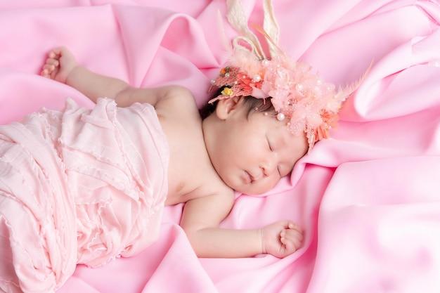 Portret śpiącej miesięcznej, noworodkowej dziewczynki