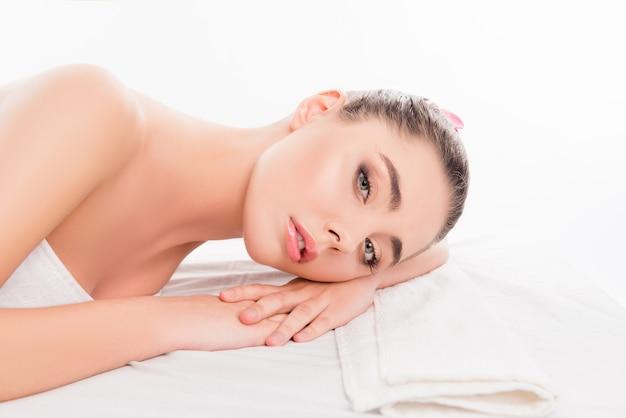 Portret spokojnej kobiety relaks w salonie spa