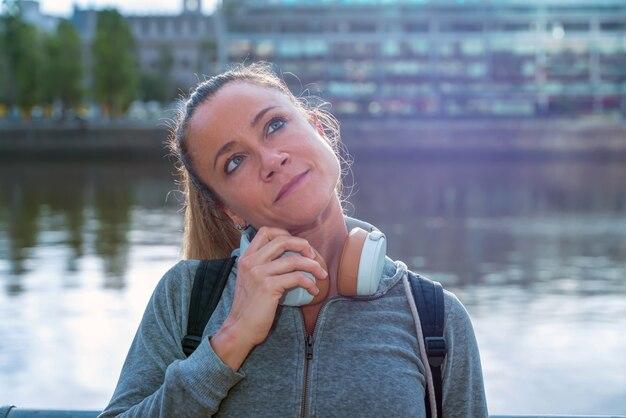 Portret sportowa kobieta przed zatoką