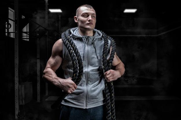 Portret sportowca z linami na ramionach.