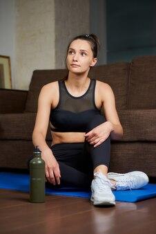 Portret sportowej kobiety ćwiczeń w domu