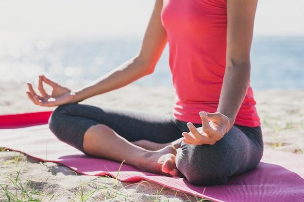 Portret sportowy młodej kobiety robi medytacji na świeżym powietrzu
