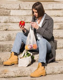 Portret sprawdza organicznie warzywa młoda kobieta