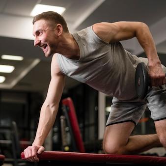 Portret sprawny człowiek robi ćwiczenia