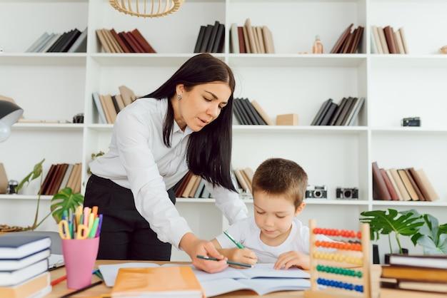 Portret sprytnego nauczyciela z ołówkiem poprawiającym błędy w zeszycie ucznia