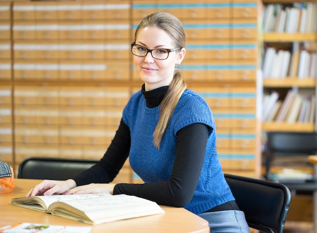 Portret sprytnego ucznia w bibliotece