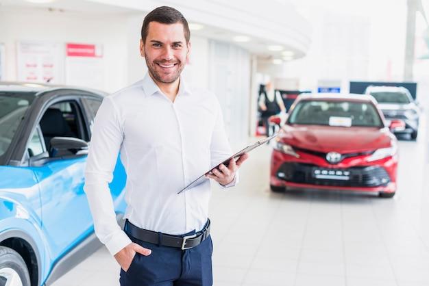 Portret sprzedawca w salonie samochodowym