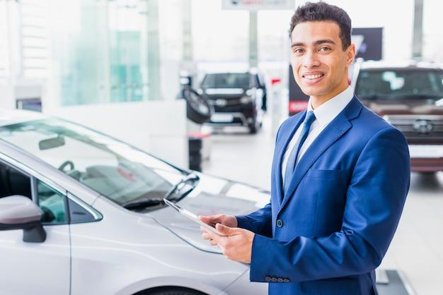 Portret sprzedawcy samochodów