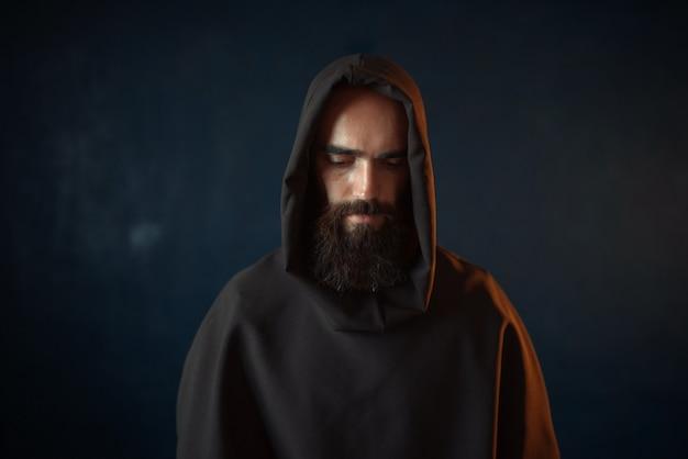 Portret średniowiecznego mnicha w czarnej szacie z kapturem