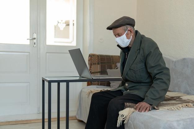Portret starca, 70-80 uszu, w masce medycznej. pojęcie zagrożenia koronawirusem dla osób starszych.