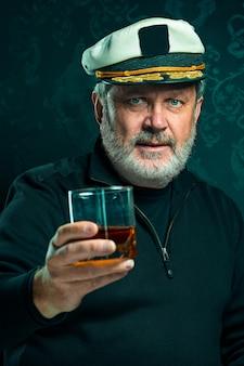 Portret starego kapitana lub marynarza człowieka w czarnym swetrze