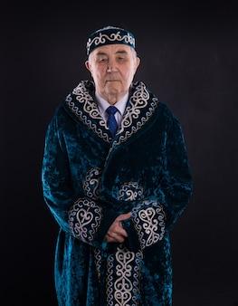 Portret starego kazachstanu w narodowych kazachskich ubraniach