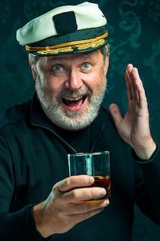 Portret starego mężczyzny kapitana lub marynarza w czarnym swetrze