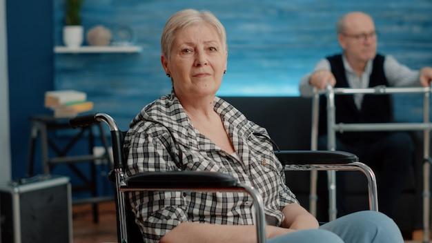 Portret starej kobiety z przewlekłymi problemami patrzącej na kamerę