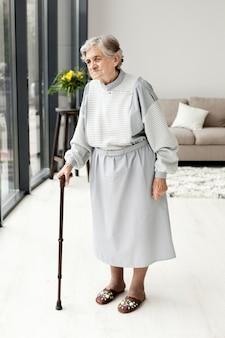 Portret starsza babcia patrzeje daleko od
