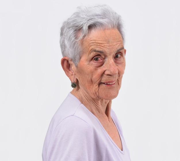 Portret starsza kobieta na białym tle