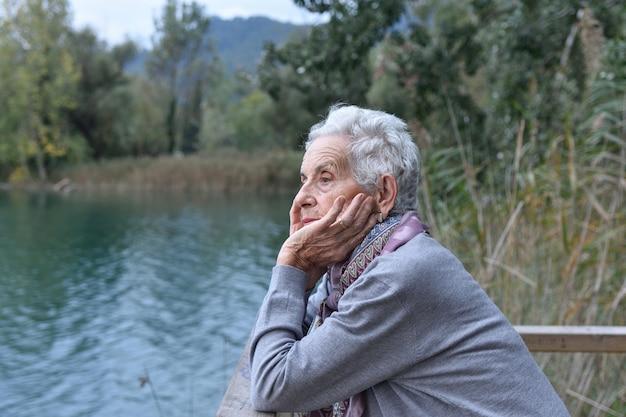 Portret starsza kobieta na zewnątrz