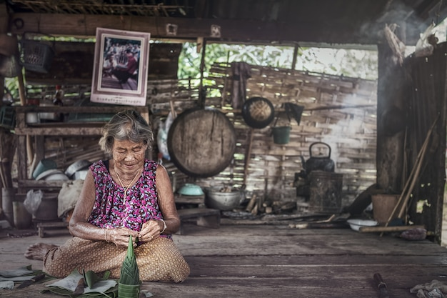 Portret starsza kobieta w domu